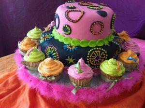 Torta y cupcakes coloridos
